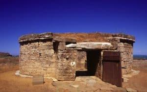 tomba etrusca nel parco archeologico di populonia